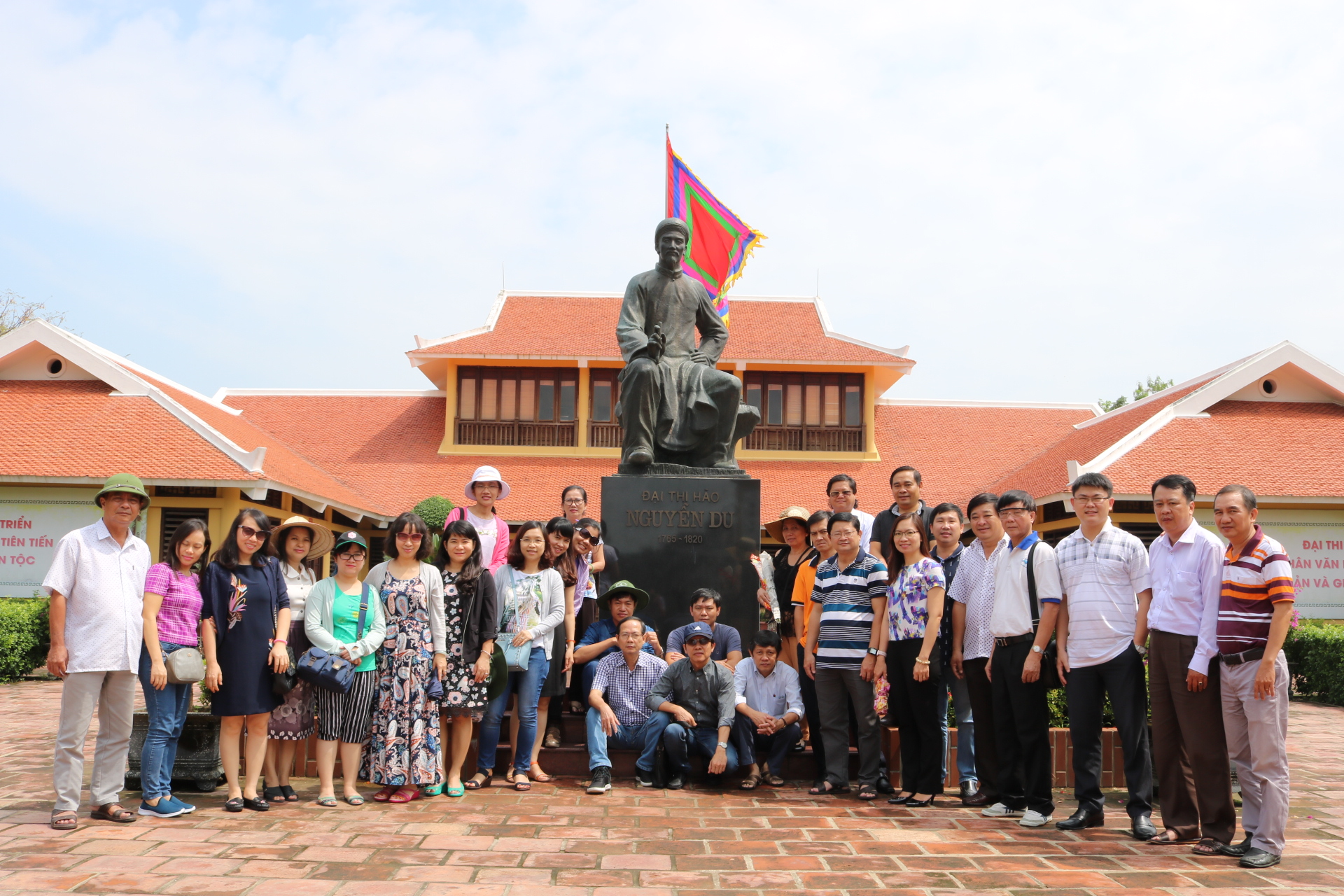 Đoàn thăm nhà lưu niệm Đại thi hào Nguyễn Du